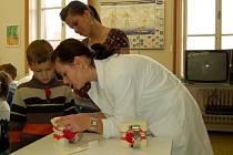 STUDENTKY VYUČOVALY DĚTI. Také Lucie Pačanová předváděla žáčkům z chebského Stacionáře pro děti s očními vadami, jak správně čistit zuby.