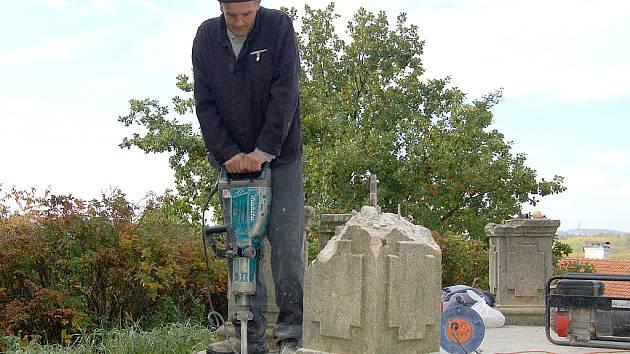 TRESTANCI z Věznice Kolová běžně pomáhají na stavbách. Činili se také při obnově vyhlídkového altánu na Zlatém vrchu.