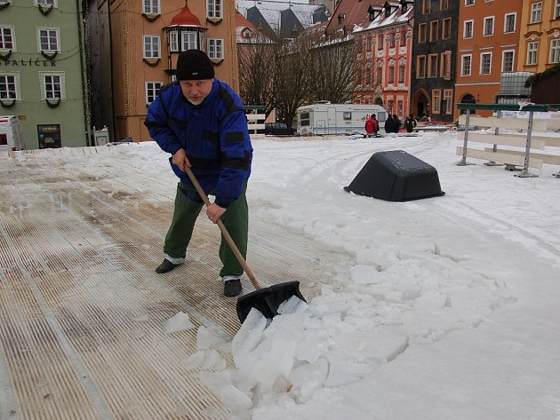 PRACOVNÍK PETR OTŘÍSAL ze společnosti Winso, která má instalaci mobilního kluziště na starost, o víkendu s dalšími spolupracovníky odstraňoval led z kluziště před Špalíčkem.