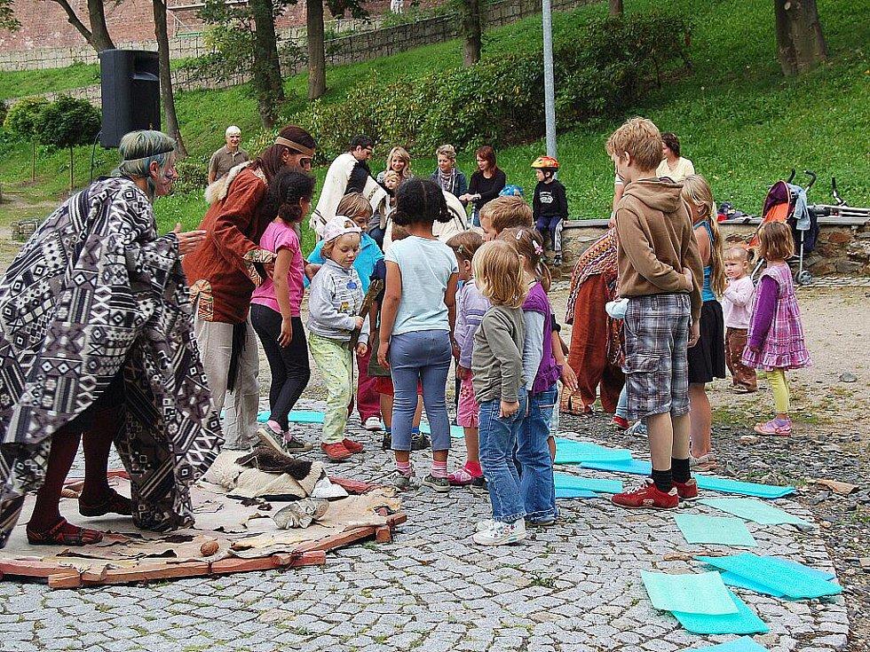 HLOUČKY DĚTÍ se sešly v areálu chebské Krajinky. Konala se tu dětská akce s názvem Hurá k indiánům! Caparti si malovali obličeje barvami a tvořili indiánské náhrdelníky.