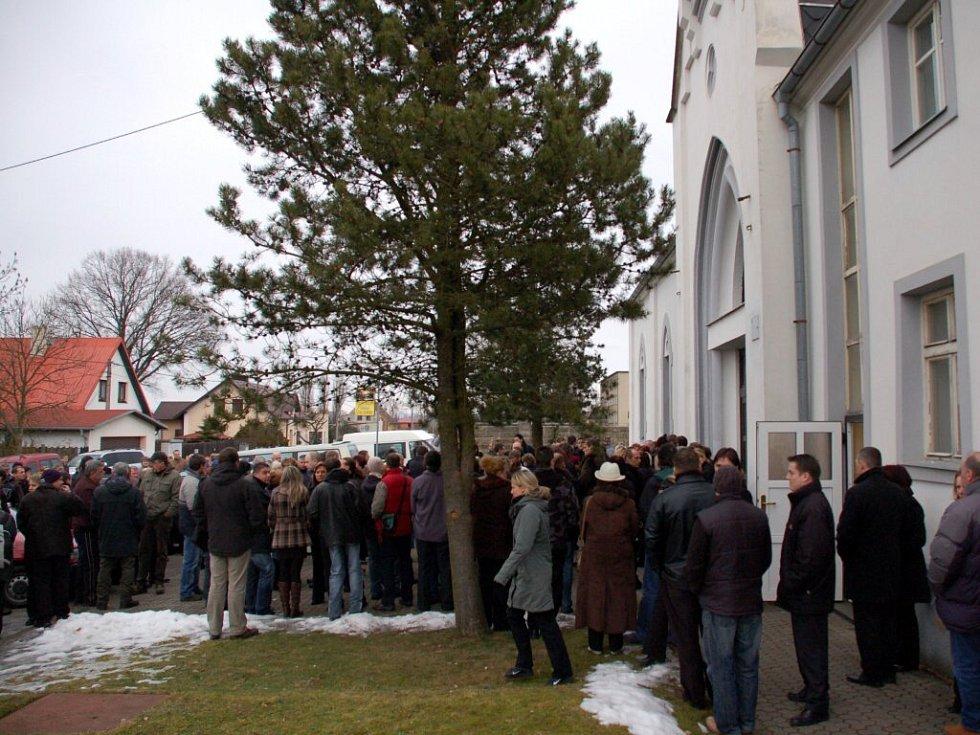 Poslední rozloučení s Martinem Voborníkem v kapli chebského hřbitova