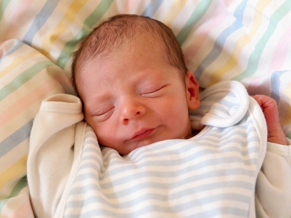 KRISTIAN JUREK přišel na svět ve středu 2. dubna v 15.10 hodin. Při narození vážil 2 450 gramů a měřil 47 centimetrů. Maminka Miluše a tatínek Luboš se radují z malého Kristianka doma v Aši.