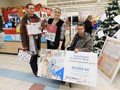 Symbolický šek  na 30 tisíc korun předala Tomáši Harantovi místostarostka města Chebu Gabriela Licková a Gabriela Švehlová z chebského Tesca.