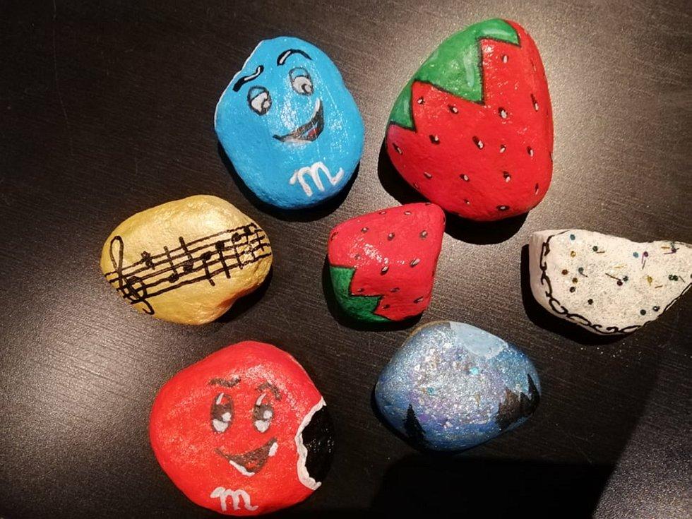 Eliška Soukupová provedla Deník celým ´výrobním procesem´ kamínkování.  I tohle jsou kamínky.
