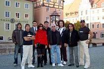 Na snímku druhýzleva:  Mick McConnell, Tomáš Linda (chebský zastupitel), Gabriela Vosyková, ředitelka rádia Egrensis,  Hubert Pata (organizátor koncertu),  Terry Uttley,  Martin Bullard, Mike Craft a Steve Pinnell.