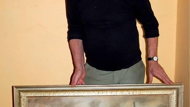 Mojmír Rožánek ze Studánky s obrazem, který Rožánkovi zapůjčili tachovským železničním modelářům