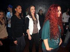 V KLUBU Amnézie se v rytmu rapu vlnila krásná děvčata různých barev pleti. True Hills berou jako svou rodinu.