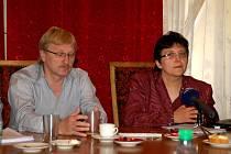 Ministryně Džamila Stehlíková na chebské radnici. Vlevo chebský starosta Jan Svoboda