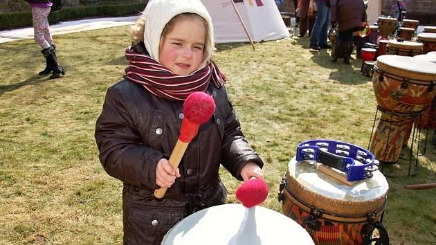 Velký dětský festival Vítání jara přilákal rodiny s dětmi do chebské Klášterní zahrady.