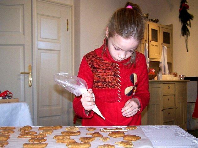 PEČE SE I V MUZEU.  Každoroční vánoční trhy v chebském muzeu zpestřuje i pečení tradičních perníčků, které si zde mohou děti samy nazdobit cukrovou polevou.