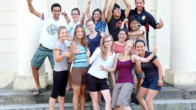 Celkem jedenáct dobrovolníků z celého světa se opět sešlo na zámku Kynžvart, aby tu pomohli s údržbou.