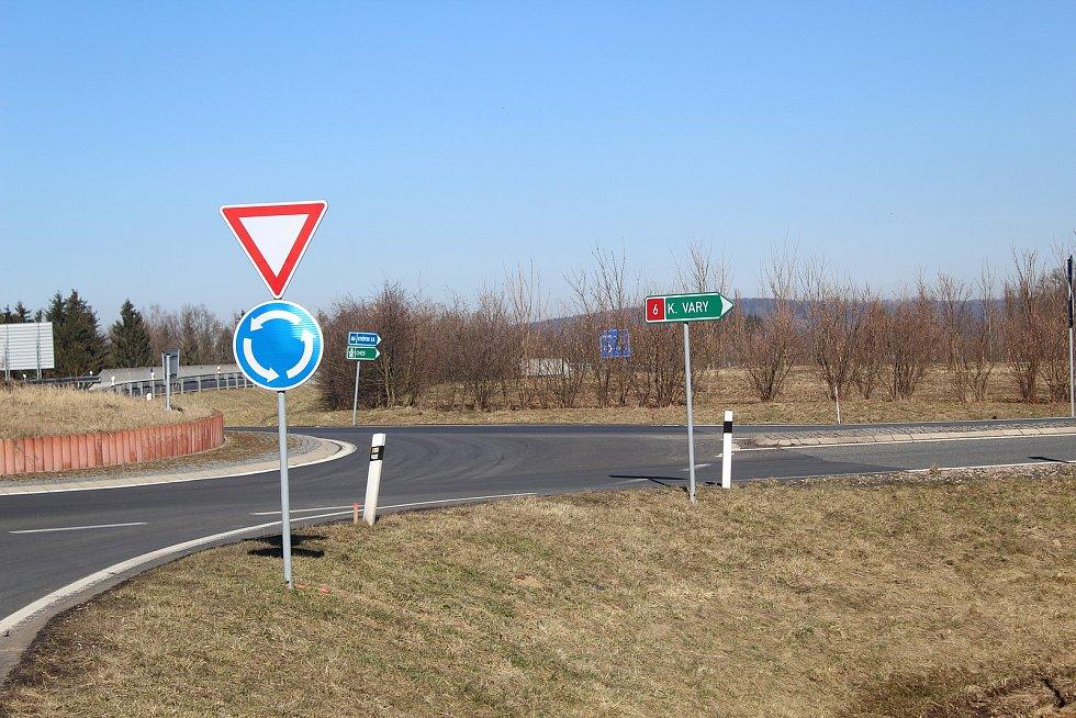 Hranice okresů Cheb a Sokolov.