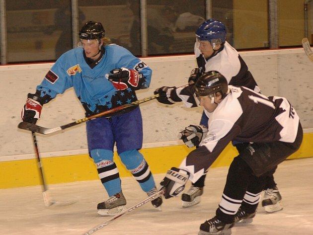 V posledním zápase  KP 1  loňského roku zvítězili hokejisté HC Cheb 2001 nad Vřesovou 7:5. Nejlepším hráčem zvolili diváci Senaje (vlevo).