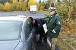 SPOLEČNÝ ZÁTAH. Na středeční akci se vedle českých cizineckých a dopravních policistů podíleli i muži zákona z německé spolkové policie.