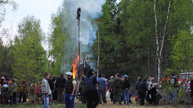 Na koupališti ve Skalné se uskutečnila tradiční oslava čarodějnic