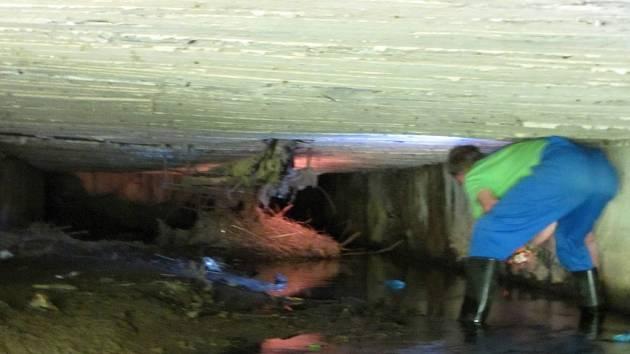SPECIFIKEM práce bylo, že šlo o úsek v tunelu, kde ode dna ke stropu nebylo více než 120 centimetrů, někde jen 90 čísel.