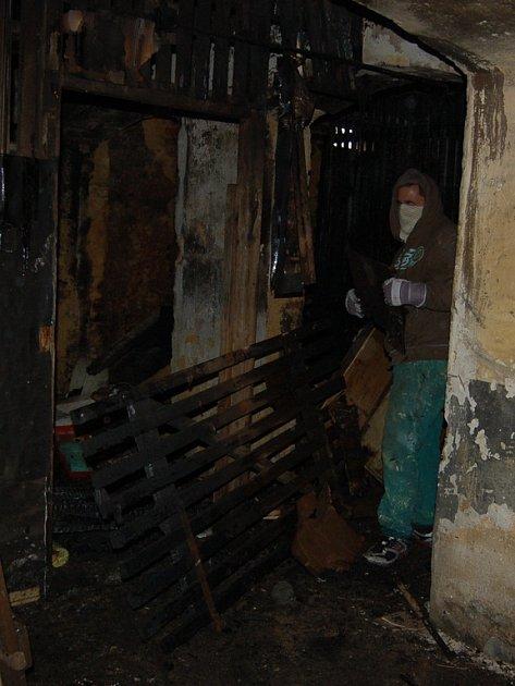 V chebské Pivovarské ulici vyhořel sklep