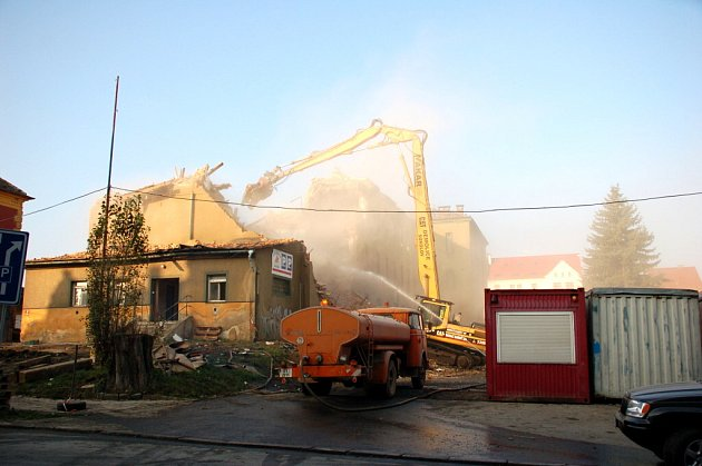Prach z demolic objektu bývalých kasáren Dragoun v Chebu