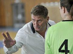 Trenér  házenkářek FK Hvězda Cheb Josef Heřmánek pochválil své svěřenkyně v souboji s Tachovem za bojovnost.
