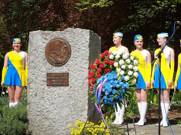 Konec války si připomněli také lidé v Mariánských Lázních. V místních Skalníkových sadech u pomníku generála George Pattona se konala tradiční vzpomínková akce za účasti představitelů města, válečných veteránů a zástupců americké ambasády. Součástí oslav