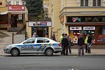 Hračkárnu v Mariánských Lázních přepadl lupič. Místo kolem domu museli policisté s hasiči uzavřít.