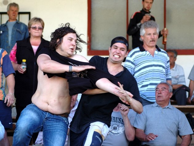 Při loňském utkání sparťanští fanoušci vtrhli na stadion a začali si podávat chebské fandy i policisty