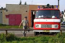 OD LISTOPADU LOŇSKÉHO ROKU mají hasiči z Chebu – Hájů stavební povolení na rekonstrukci zbrojnice. Do původní garáže se jim totiž nevešlo nové vozidlo. Počítají s tím, že nejpozději v srpnu letošního roku bude garáž zvýšená a v podkroví vznikne nová klubo