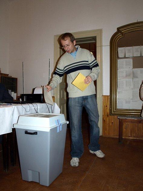 Sobotní dění ve volebních místnostech v Chebu. Kolem deváté se v některých místnostech vytvořily kratší fronty čekajících voličů