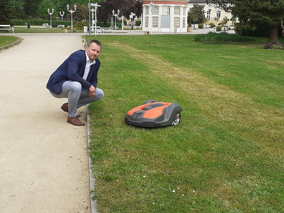 Plně automatické sekačky pomáhají ve Františkolázeňských parcích.