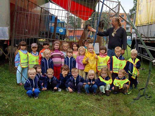 Děti z chebského stacionáře při návštěvě v cirkusu Jo-Joo