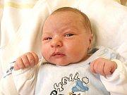 LUKÁŠ BARTŮNĚK si pro svůj příchod na svět vybral čtvrtek 16. února ve 3 hodiny. Při narození vážil 3750 gramů a měřil 50 centimetrů. Doma ve Valech se z malého Lukáška radují sestřička Lucinka, maminka Žaneta a tatínek Jiří.