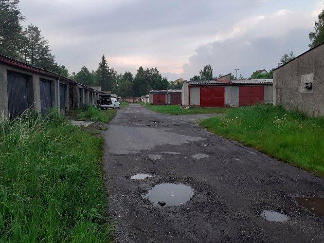 Prostor, který vypadá opuštěně se nachází na Švédském vrchu nedaleko ulice KVýtopně vChebu. Nachází se tu garáže, které jsou vnelichotivém stavu. Trochu to připomíná město duchů.