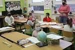 Ve Staré Vodě se do školních lavic vrátili i žáci vyšších ročníků.