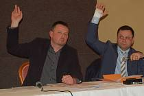 MÍSTOSTAROSTA Františkových Lázní Jan Kuchař (na snímku vlevo vedle starosty Oty Skaly) samozřejmě na posledním rokování městských zastupitelů pro novinku v přepravě místních seniorů také hlasoval.