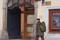 TAKÉ V CHEBSKÉ sázkové kanceláři na náměstí Krále Jiřího z Poděbrad si mohou lidé vsadit na svého kandidáta.