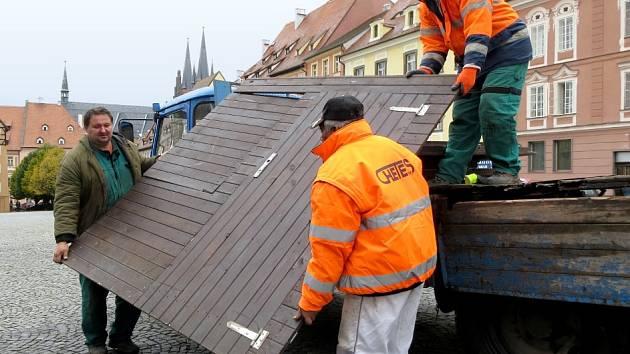 NA CHEBSKÉM náměstí Krále Jiřího z Poděbrad se začalo se stavbou stánků pro vánoční trhy.