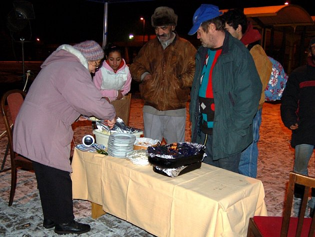 PŘIPRAVILI  KOMPLETNÍ ŠTĚDRÝ VEČER! Pracovníci chebské farní charity nerozdávali před chebským nádražím pouze pohoštění, ale také dárky a především dobrou náladu.