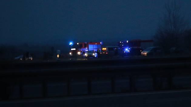 Ke smrtelné dopravní nehodě došlo v sobotu večer na silnici směrem k Ypsilonce u odbočky na Potočiště.