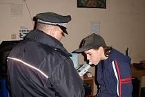 UNIFORMOVANÍ strážci zákona se stále častěji vydávají na kontroly chebských provozoven, ať už jde o bary, herny či diskotéky. Při té poslední žádný z lidí mladších osmnácti let neměl alkohol v dechu.