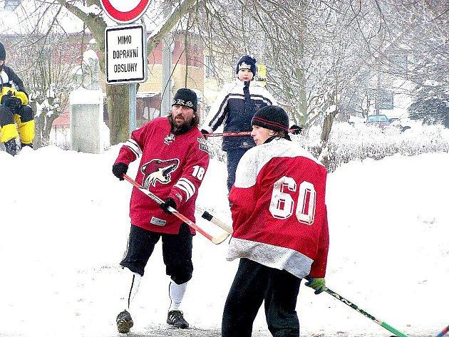 PŘÁTELSKÝ ZÁPAS milíkovských hokejistů místy připomínal tvrdé bitvy profesionálů.