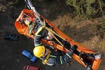 Lezecké družstvo mariánskolázeňských hasičů nacvičovalo na rozhledně Panský vrch u Drmoulu evakuaci zraněného z vyhlídkové plošiny ve výšce 40 metrů