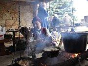 Středověká kuchyně, krčma nebo tanec. Tak vypadal předvánoční středověký jarmark na statku v Nové Vsi u Křižovatky.