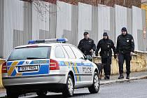 Dosud neznámý pachatel v ulici Komorní v blízkosti křižovatky s Ašskou ulicí přistoupil zepředu k jednapadesátileté ženě, která tudy procházela.