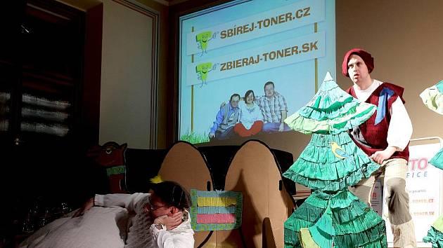 SLAVNOSTNÍ PŘEDÁVÁNÍ výtěžku loňského ročníku akce Sbírej toner.