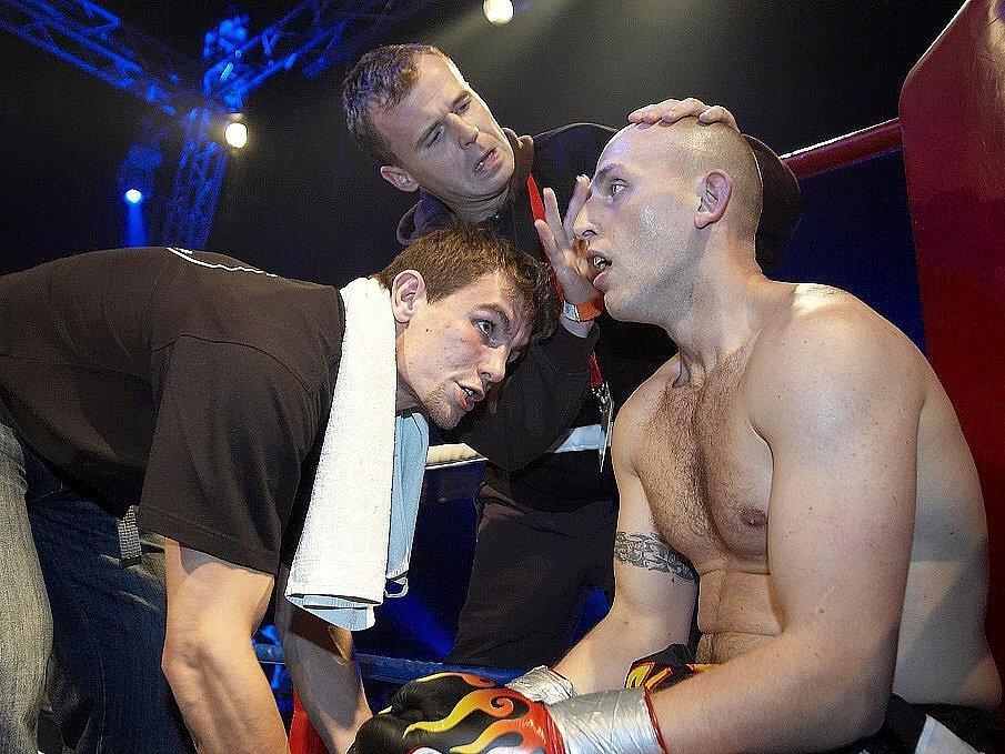 Galavečer thajského boxu v Mariánských Lázních -  Dostál v pauze