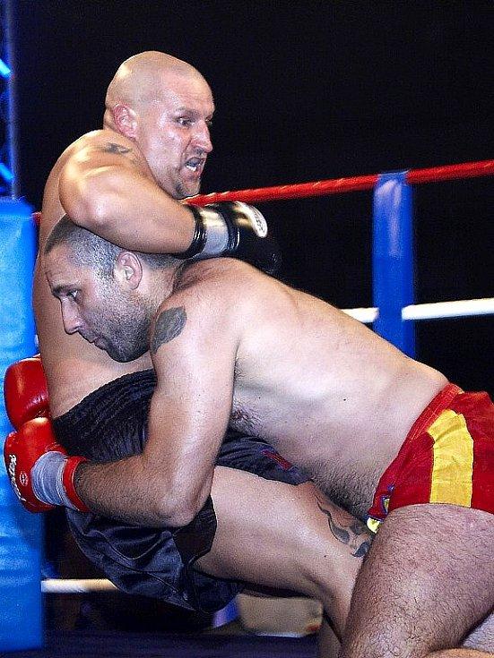 Galavečer thajského boxu v Mariánských Lázních - Dušek (vlevo) porazil v napínavém souboji Pavla Botku