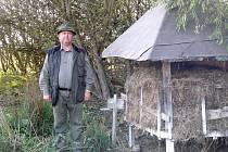JAROSLAV BRADÁČ se často prochází u krmelců na Větrné u Skalné, kam v podzimních měsících směřuje hladová zvěř.