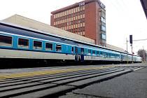 V tuto chvíli vrcholí oprava nástupišť na chebském nádraží. V příštím roce se začne s rekonstrukcí nádražní budovy.