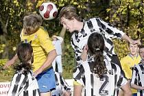 ZA KRÁSNÉHO slunečného počasí zvítězili fotbalisté Viktorie Mariánské Lázně v okresním derby nad Jiskrou Aš  2:0 a dali tak zapomenout na neúspěšné dva zápasy v předchozích kolech.