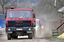 Lidé z Dolního Žandova si stěžují na prach a bláto ze staveniště na železniční trati Všude je prach a bláto ze stavebních strojů a těžkých náklaďáků
